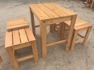 ban ghe 1 2 300x225 - Hướng dẫn tự đóng bàn ghế gỗ bằng pallet gỗ sang choảnh