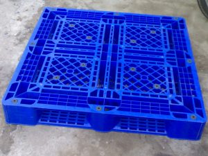 pallet nhua da qua su dung xanh duong 300x225 - 5 mẫu pallet nhựa đã qua sử dụng tốt không nên bỏ qua trong năm 2018